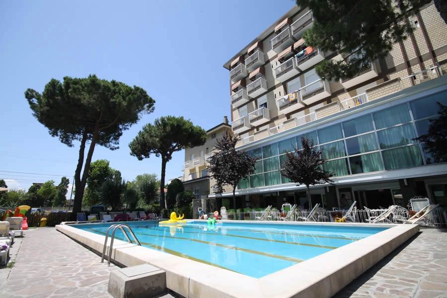 Hotel rimini 3 stelle scegli lotus il family hotel con piscina a rimini marina centro family - Hotel con piscina a rimini ...